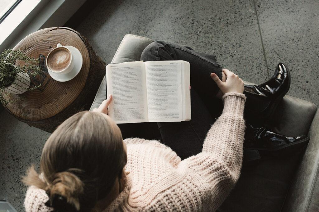 olvasósarok az ablak mellett